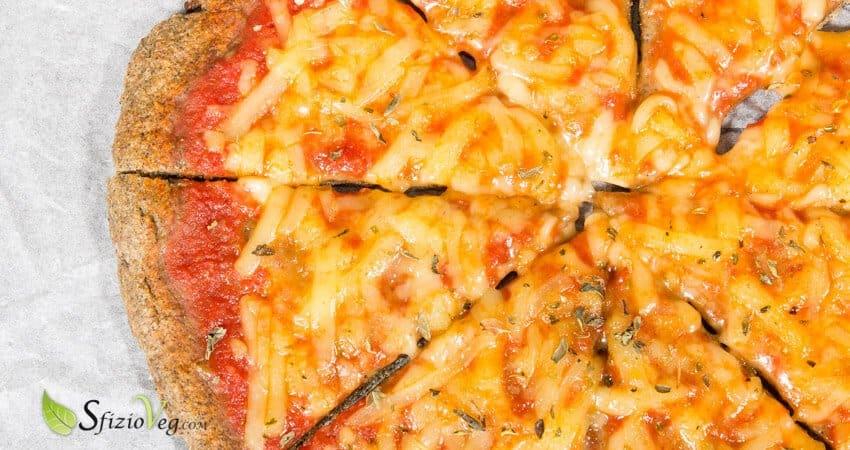 Pizza margherita di canapa con formaggio vegan