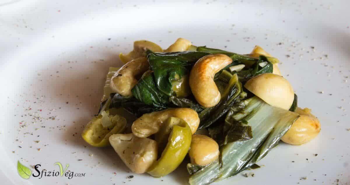 Bietola in padella con anacardi funghi e olive 1