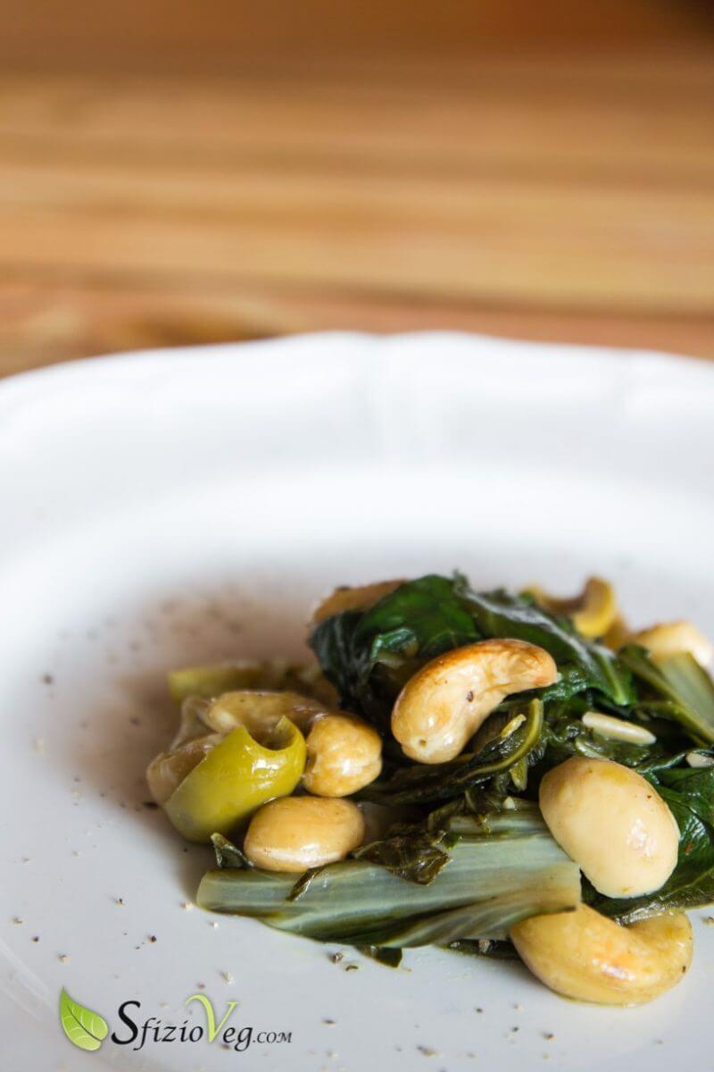 Bietola in padella con anacardi funghi e olive 2